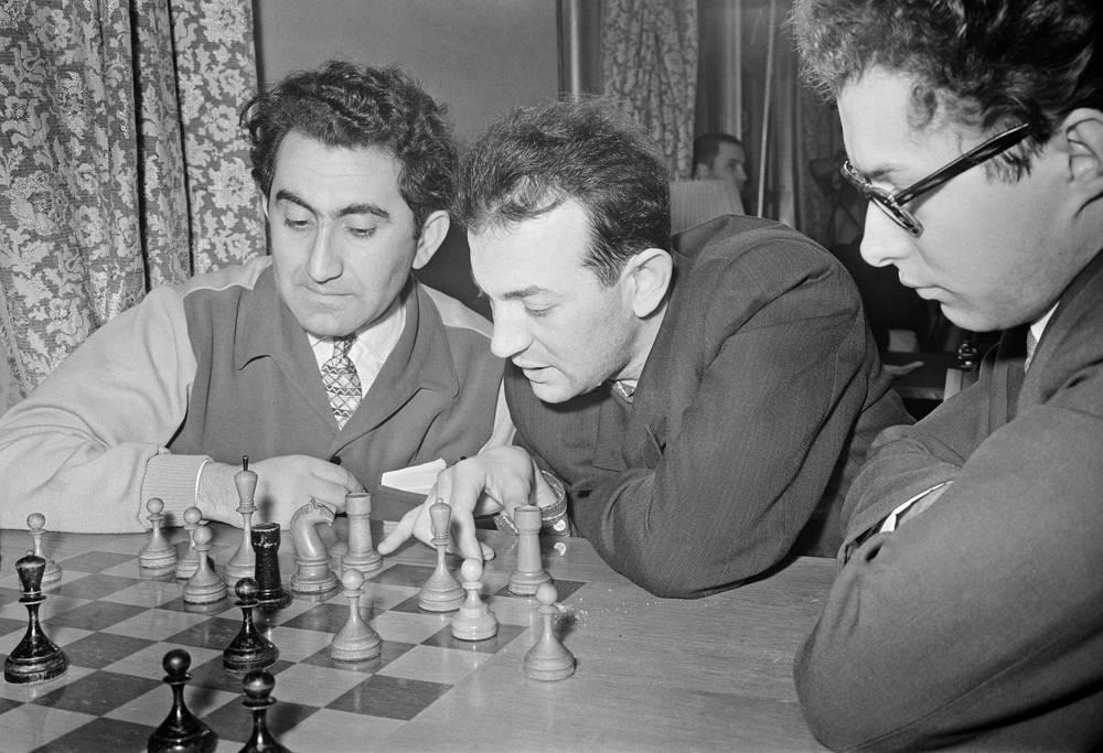 Советские шахматисты Тигран Петросян (слева) и Виктор Корчной (в центре) за разбором партии, 1961 год