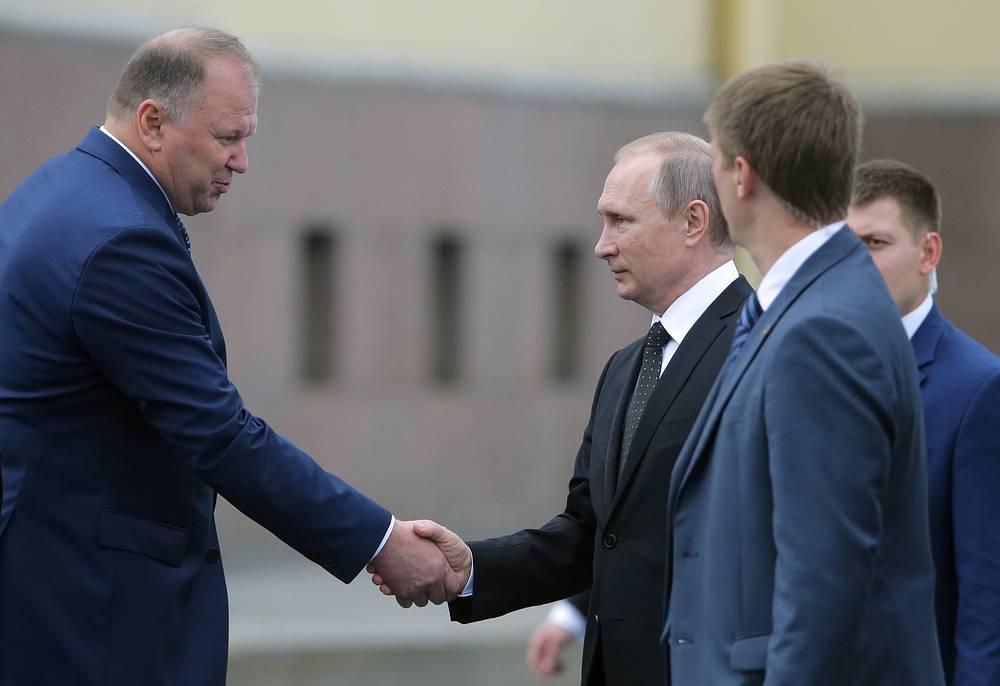 Полномочный представитель президента РФ в Северо-Западном федеральном округе Николай Цуканов и президент России Владимир Путин