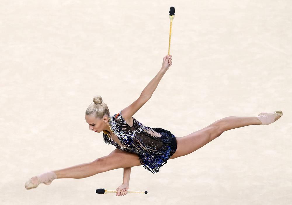 Кудрявцева, завоевавшая в итоге серебро, во время упражнения с булавами