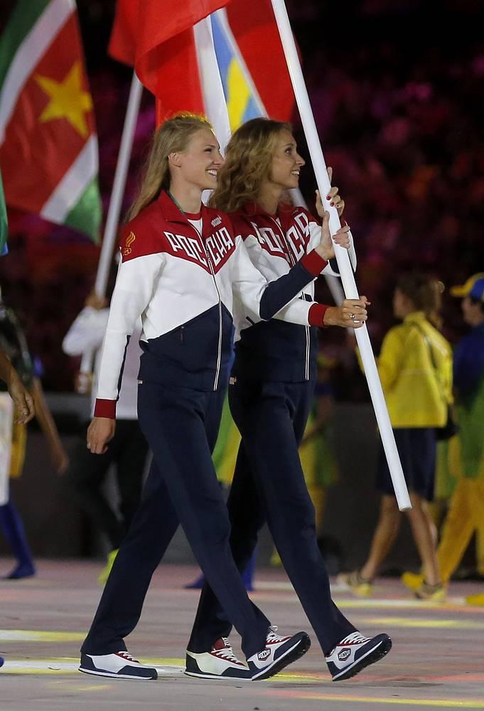 Знаменосцы сборной России, пятикратные олимпийские чемпионки по синхронному плаванию Светлана Ромашина и Наталья Ищенко