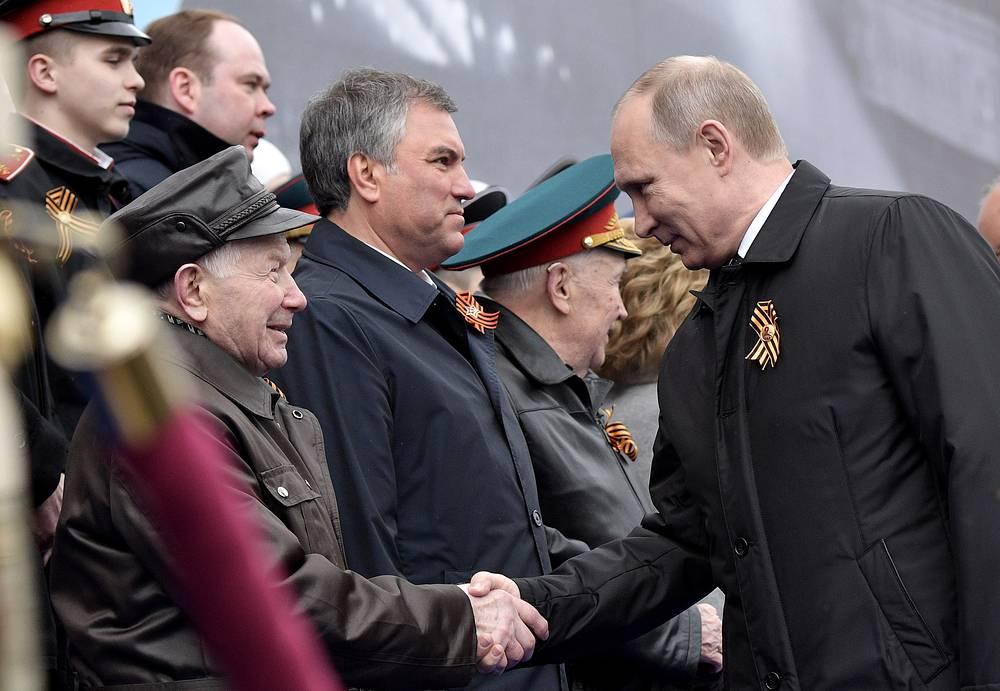 Президент России Владимир Путин и спикер Госдумы РФ Вячеслав Володин (справа налево)