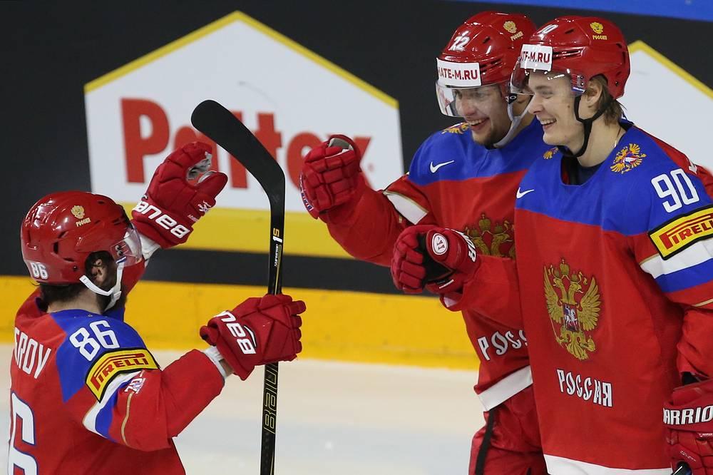 Игроки сборной России Никита Кучеров, Артемий Панарин и Владислав Наместников (слева направо) радуются заброшенной шайбе