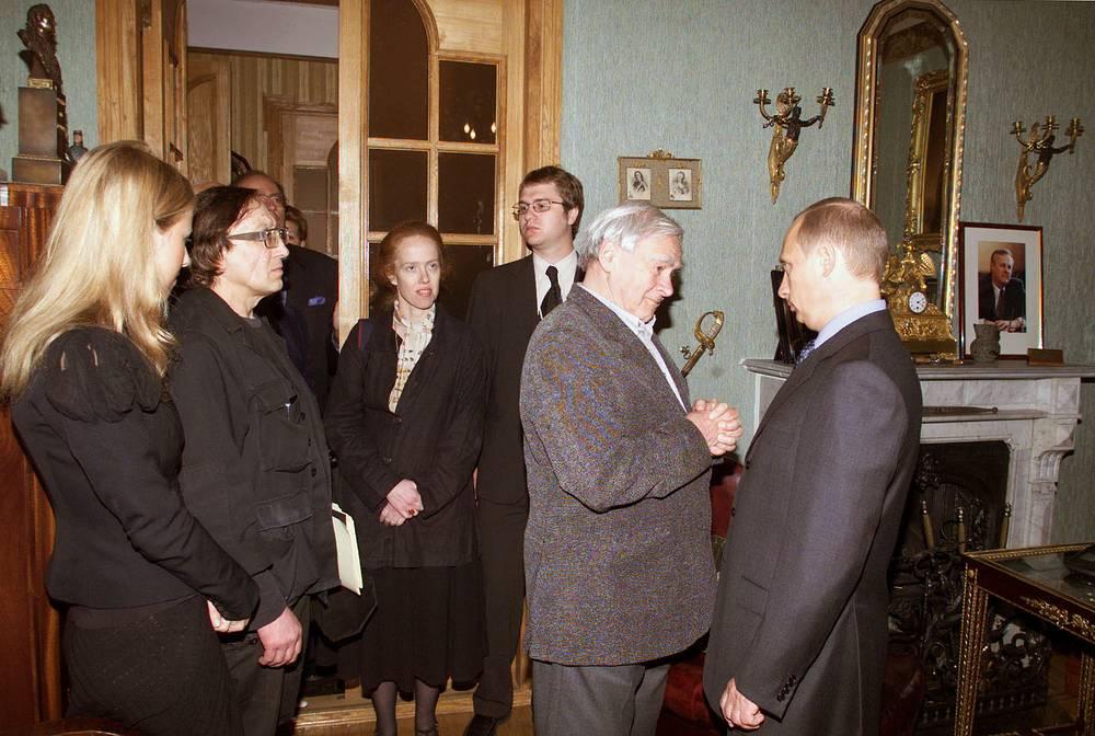 Президент РФ Владимир Путин и писатель Даниил Гранин в квартире первого мэра Петербурга А.Собчака, 2002 год