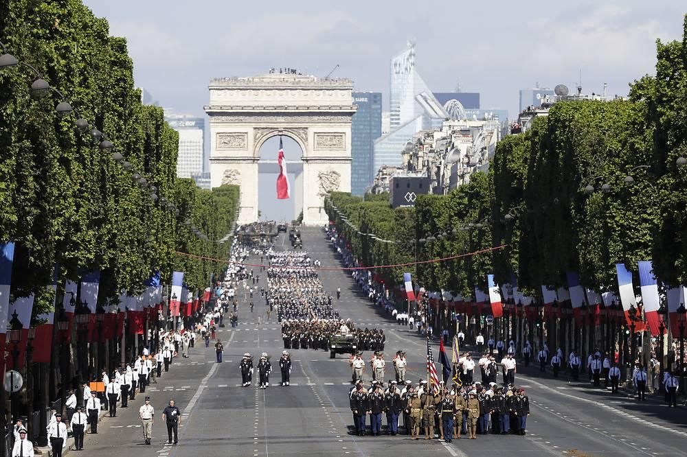 Парад проходил от Триумфальной арки к площади Согласия