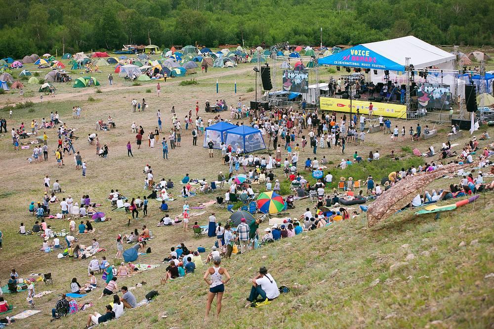 Зрители фестиваля разбили палаточный лагерь прямо около сцены
