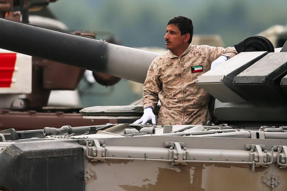 Водитель экипажа из Кувейта на танке Т-72Б3