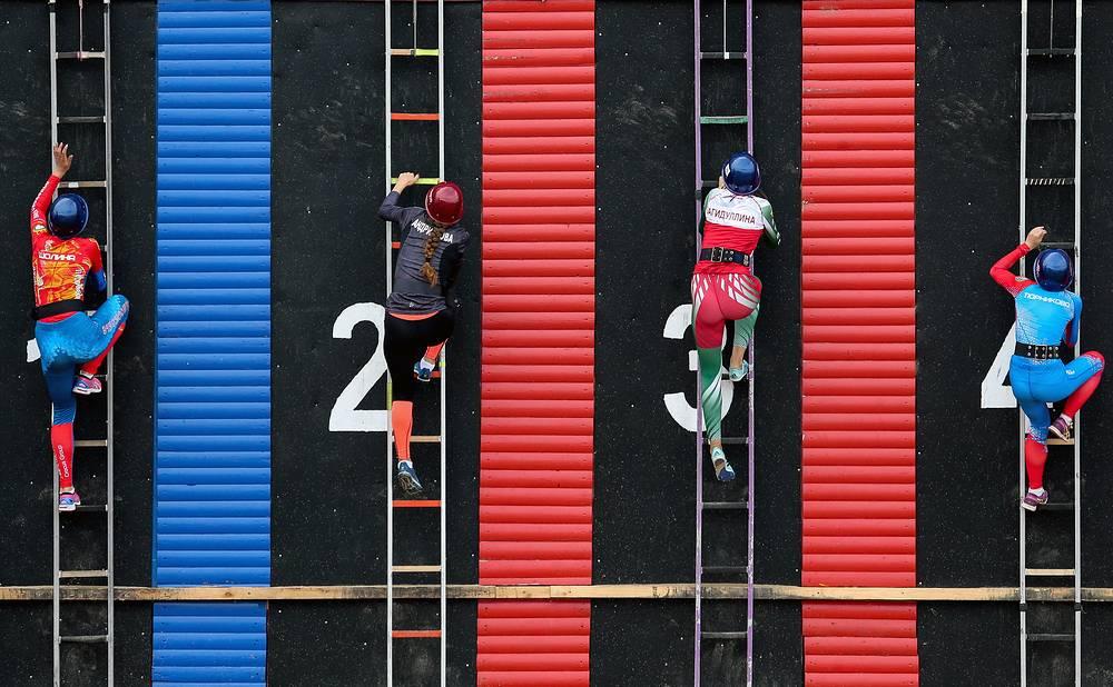 Соревнования в подъему по штурмовой лестнице
