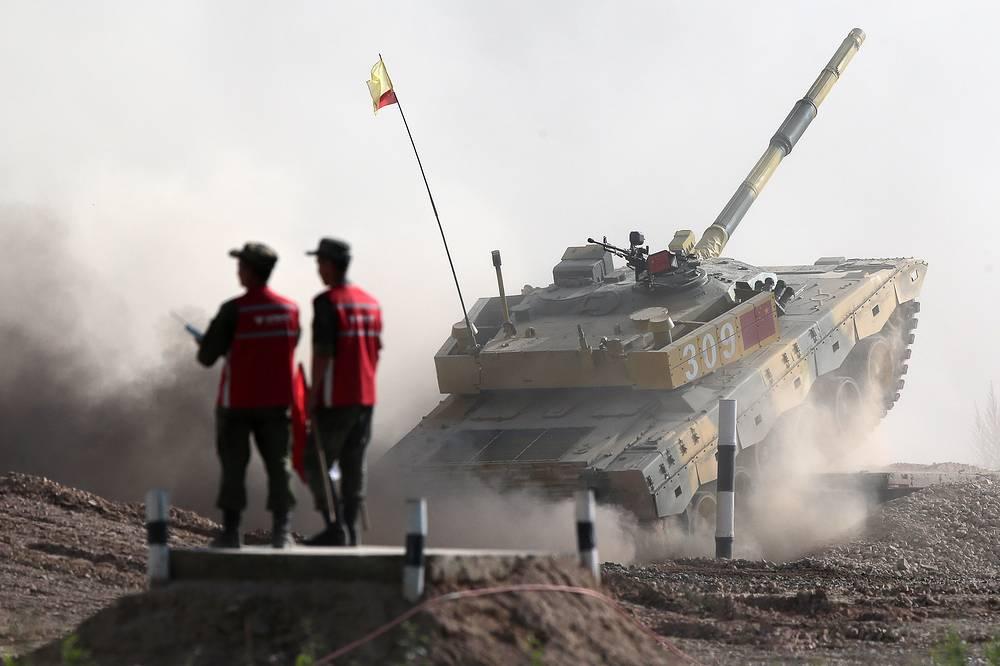 Экипаж команды из Китая на танке Type 96