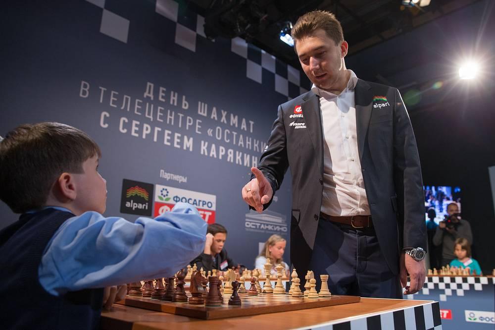 Шахматист Сергей Карякин (слева) во время благотворительного матча