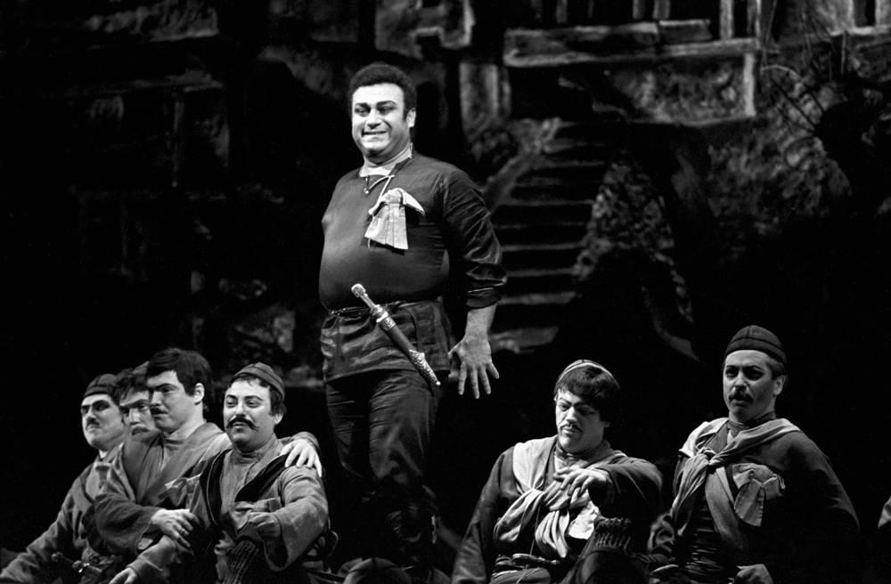 """Зураб Соткилава в сцене из оперы Отара Тактакишвили """"Похищение луны"""", 1977 год"""