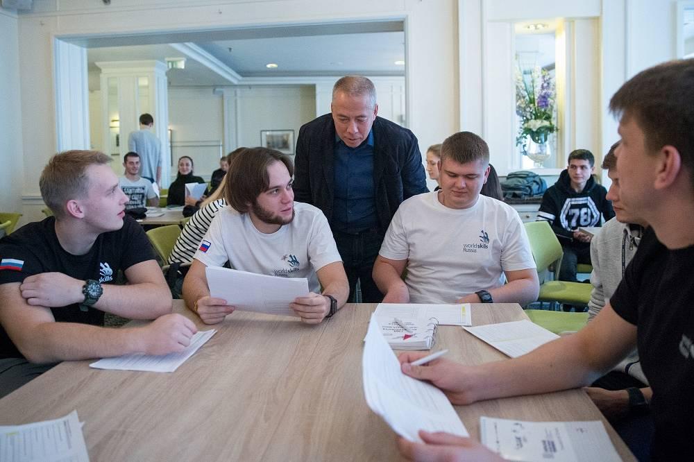 Аркадий Новиков (в центре)