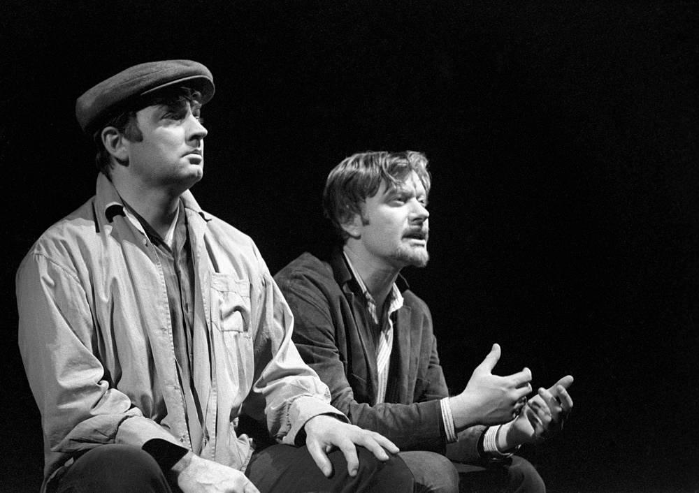 """С Андреем Мироновым (справа) в сцене из спектакля """"Ремонт"""", 1975 год"""