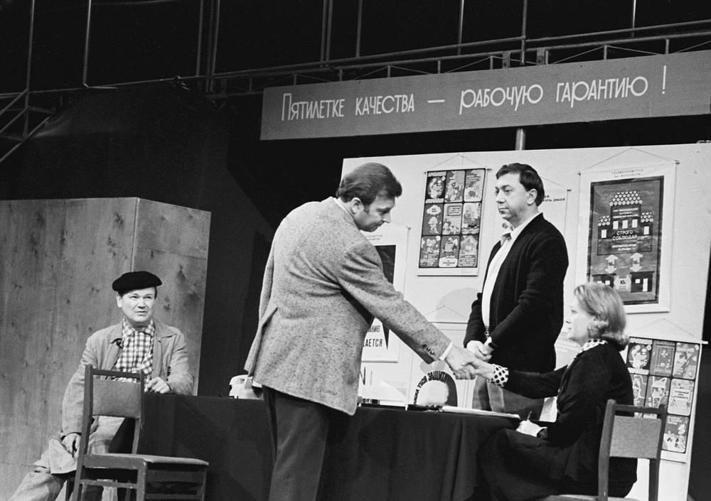 """С актерами Виктором Байковым, Романом Ткачуком и Ниной Архиповой в сцене из спектакля """"Многоуважаемый шкаф"""", 1977 год"""