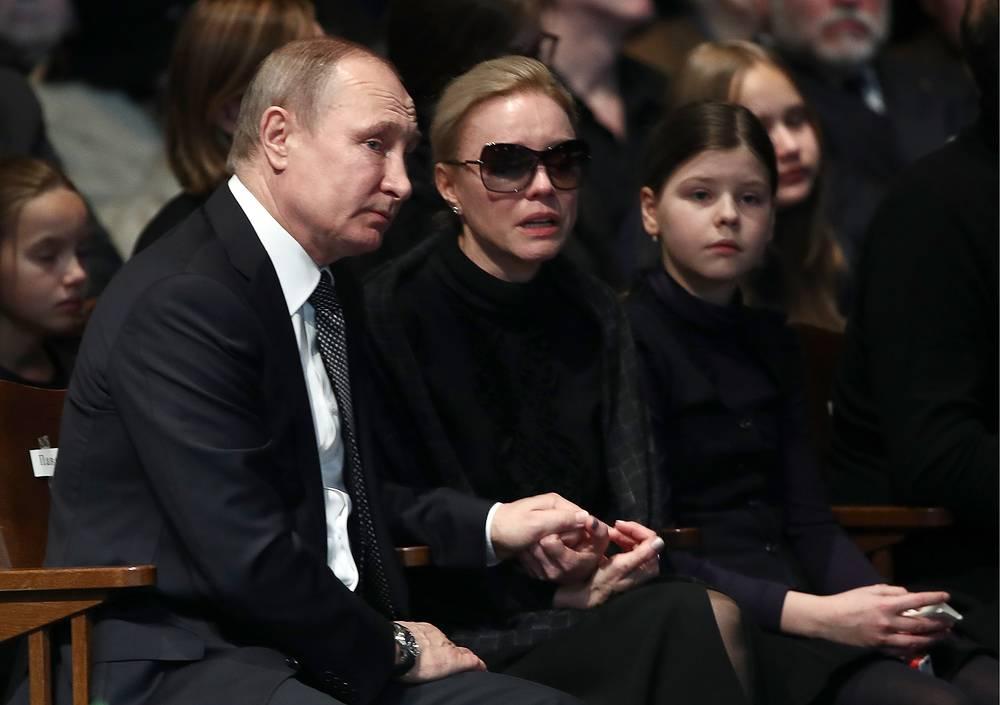 Президент РФ Владимир Путин, вдова Олега Табакова актриса Марина Зудина с дочерью Марией