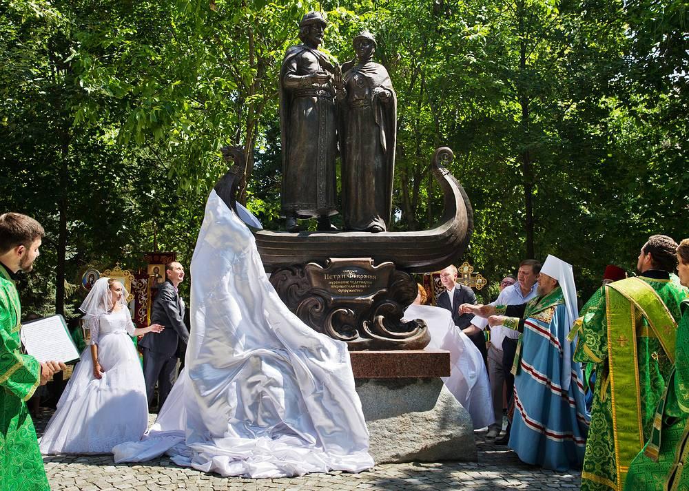 Церемония открытия памятника покровителям семьи и брака святым Петру и Февронии