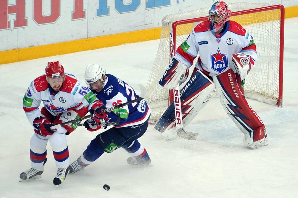 Буравчиков (ЦСКА), Макаров (СКА) и вратарь Гайдученко (СКА)