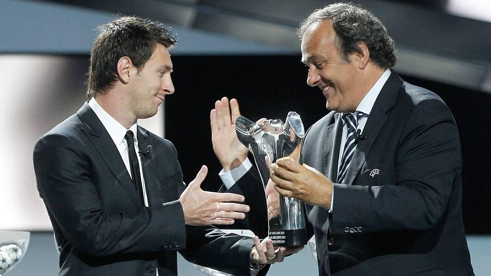 Лионель Месси и президент УЕФА Мишель Платини (2011 год)