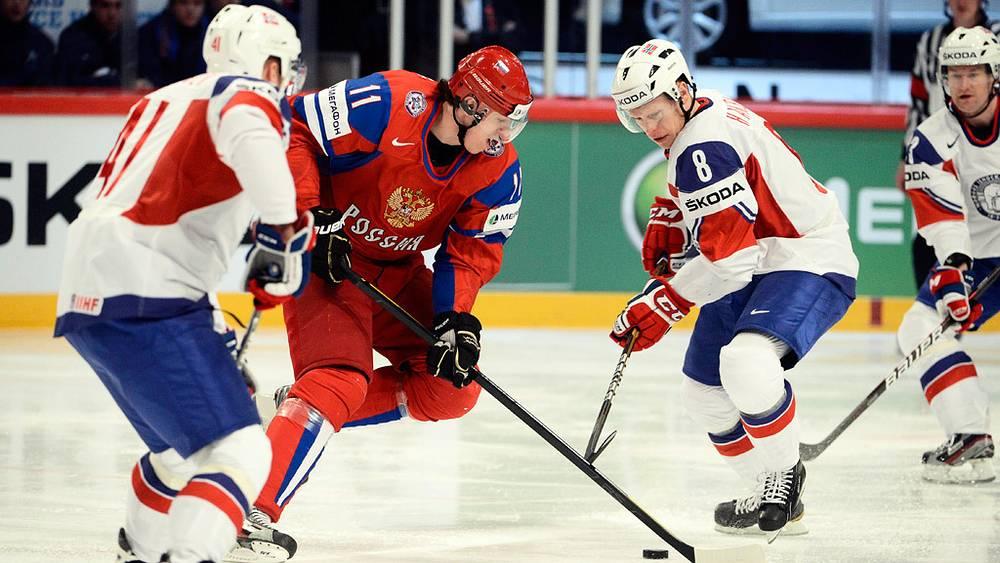 Евгений Малкин (второй слева) против игроков сборной Норвегии на мировом первенстве