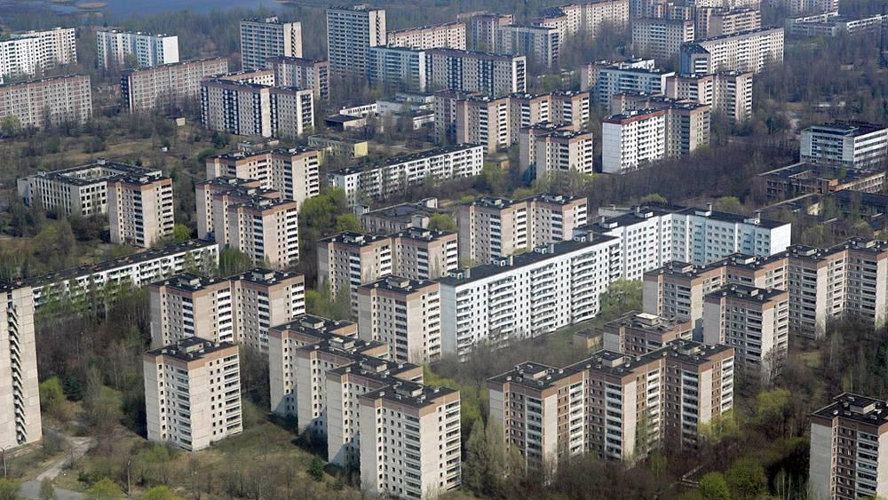 """Вид на """"мертвый"""" город Припять, население которого было эвакуировано после аварии на Чернобыльской АЭС."""