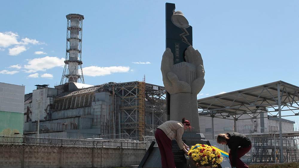 Припять. Женщины возлагают цветы к памятнику ликвидаторам аварии на Чернобыльской АЭС