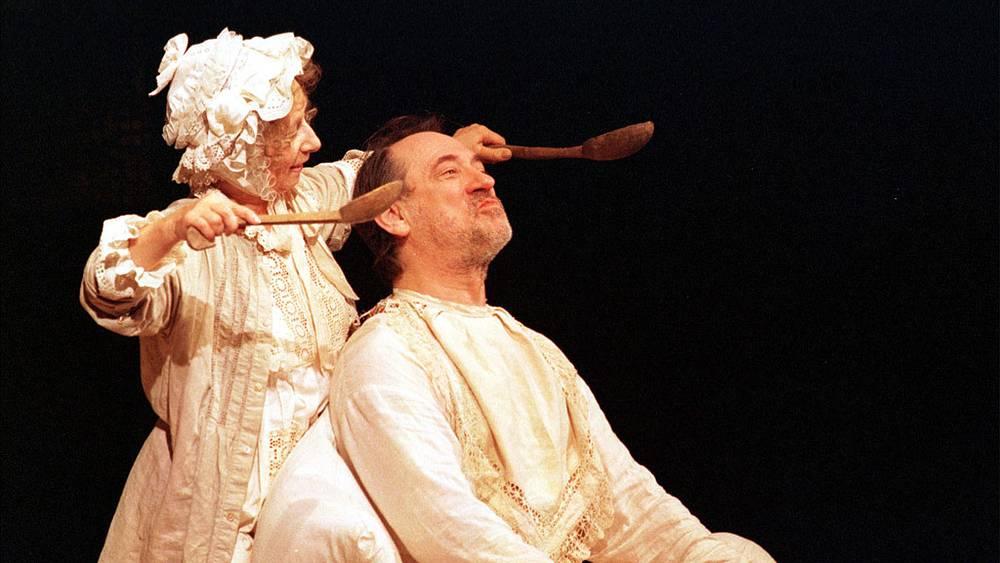 """3. Богдан Ступка и Лия Ахеджакова в спектакле """"Старосветская любовь"""". 1999 год."""