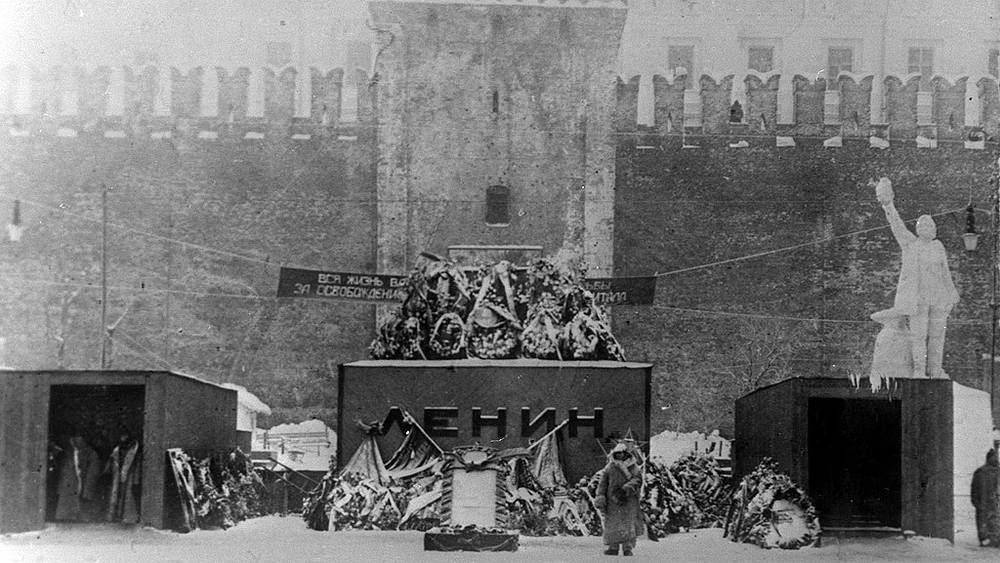 1924 год . Первый деревянный мавзолей