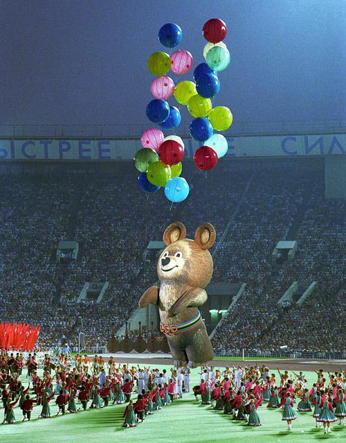 Во время закрытия ХХII Олимпиады в Лужниках. 1980 год. Фото ИТАР-ТАСС/ Олег Иванов и Александр Чумичев