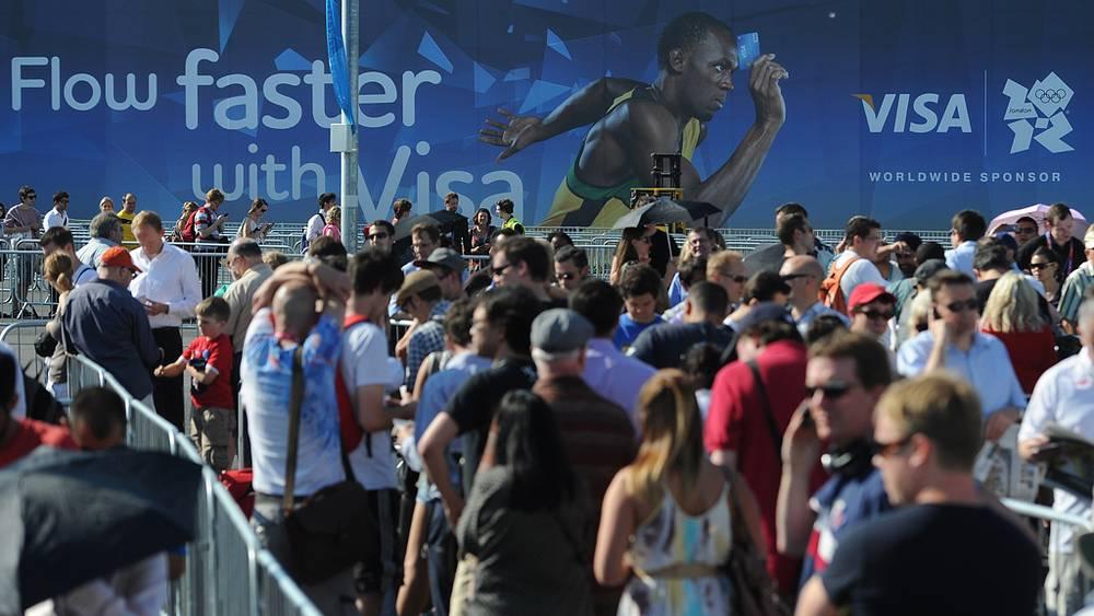 Очередь за билетами на соревнования перед стадионом Olympic Park