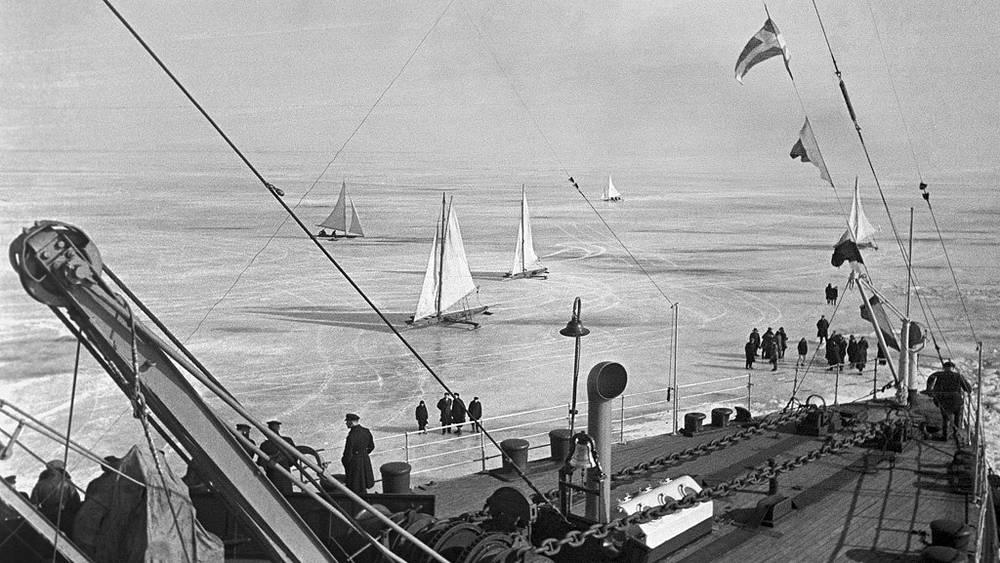 """Ледокол """"Ермак"""" со спасенными героями-папанинцами на борту подходит к Кронштадту, 1938 год"""
