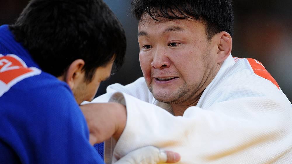 Спортсмен из Монголии Наидан Тувшинбайар /справа/ и российский спортсмен Тагир Хайбулаев