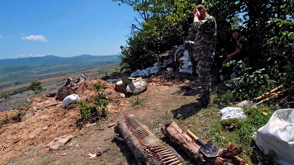 Осетинские вооруженные мужчины около Цхинвали. Фото EPA/ ИТАР-ТАСС