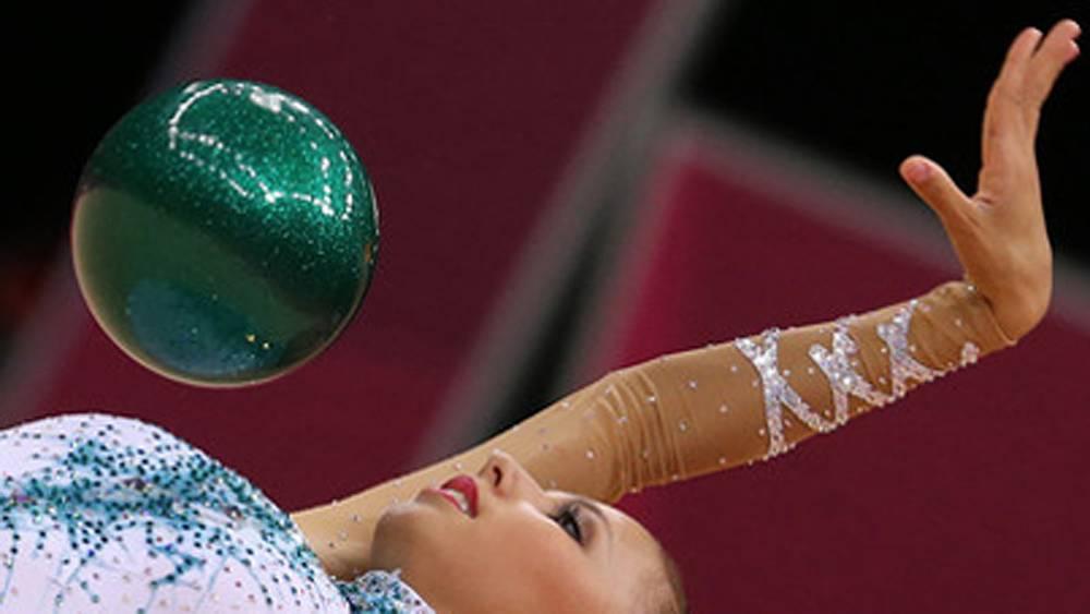 Дарья Дмитриева в упражнении с мячом