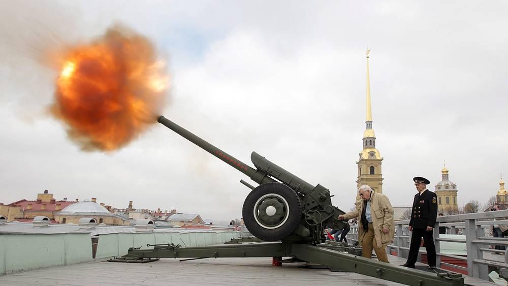Олег Табаков выстрелил из пушки Петропавловской крепости