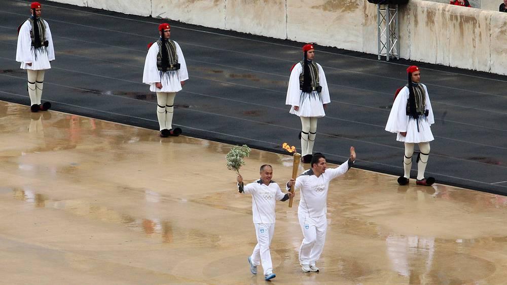 Трехкратный олимпийский чемпион Пиррос Димас и китайский гимнаст Ли Нин
