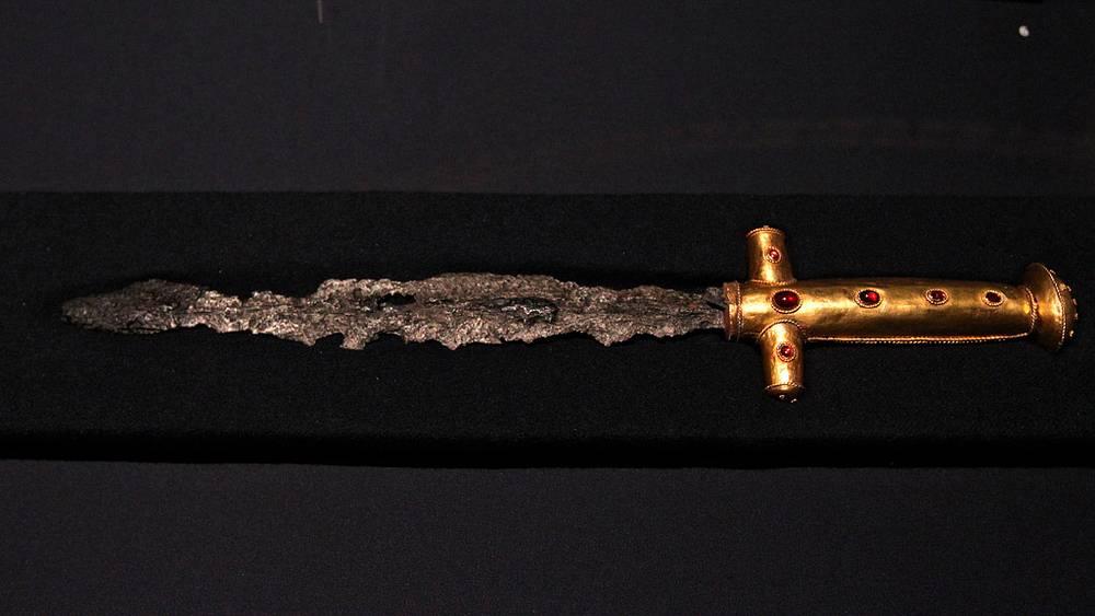 Меч гуннов из золота и железа. IV век н.э.