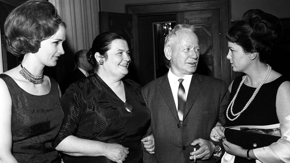 Зинаида Кириенко, Эмма Цесарская, Михаил Шолохов и Элина Быстрицкая, 1965 год