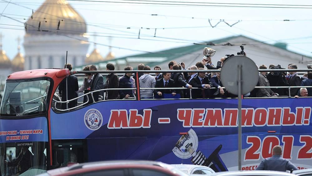 Автобус с игроками и тренерами сборной России по хоккею