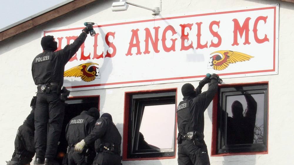 """Полиция демонтирует вывеску клуба """"Ангелов ада"""""""