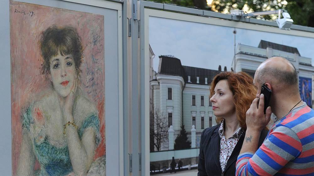 """У фотографии картины Огюста Ренуара """"Портрет Жанны Самари"""""""