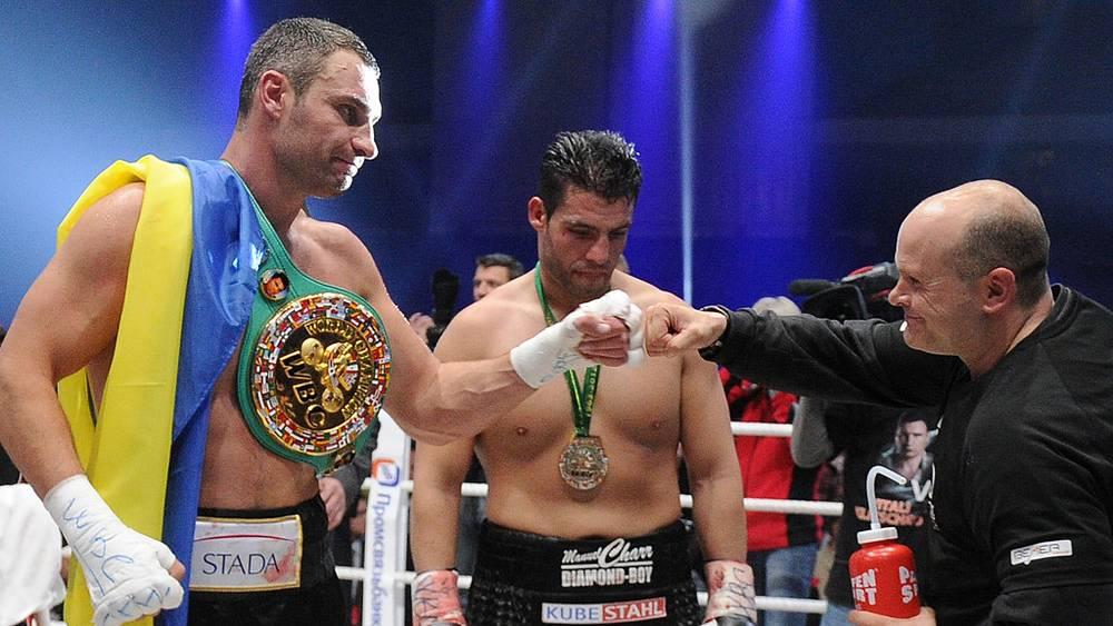 Виталий Кличко (слева) победил немецкого боксера Мануэля Чарра