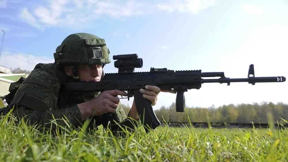 Военнослужащий с автоматом Калашникова АК-12