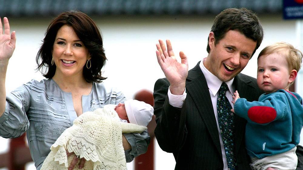 Кронпринц Дании Фредерик с супругой принцессой Мэри и сыном Кристианом и новорожденной Изабеллой /2007 год/