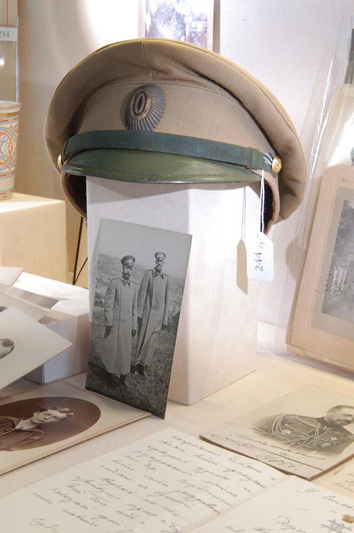 Фуражка Великого князя Николая Николаевича и его фото с императором, на которой он стоит в этом головном уборе офицера русской императорской армии