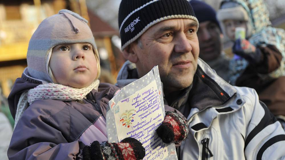 Ребенок с отцом в московской резиденции Деда Мороза