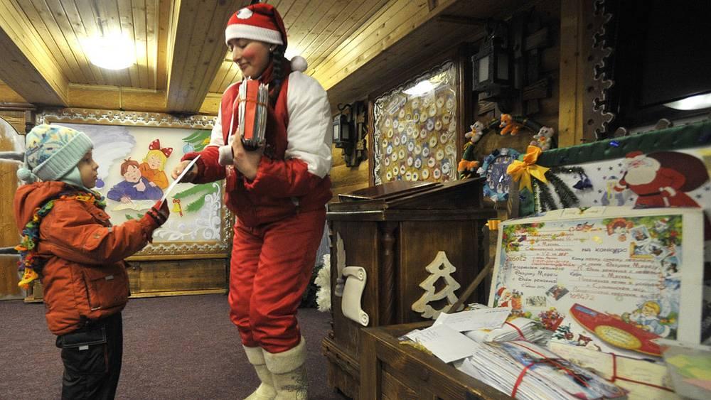 Ребенок передает письмо для Деда Мороза