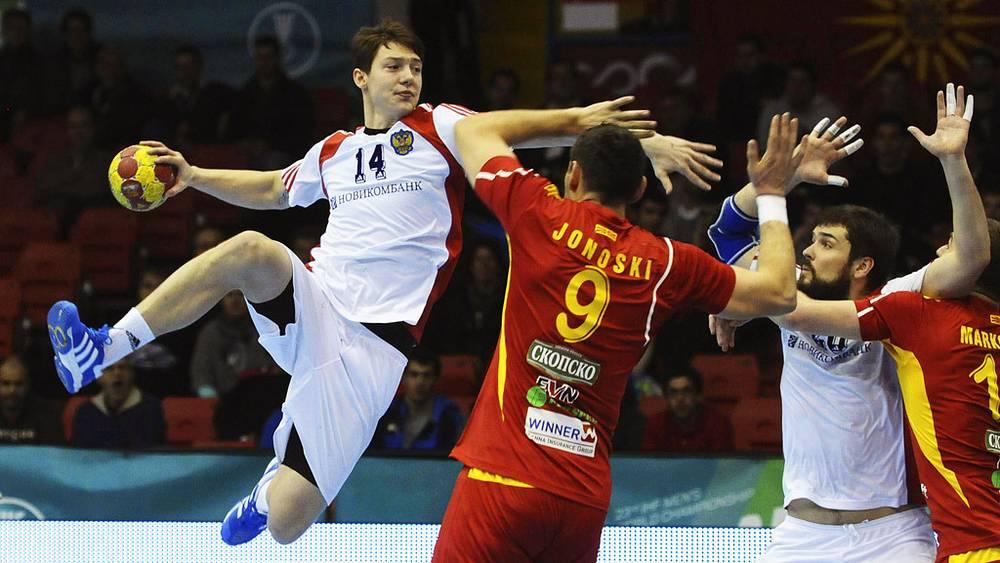 С мячом Дмитрий Житников (Россия)