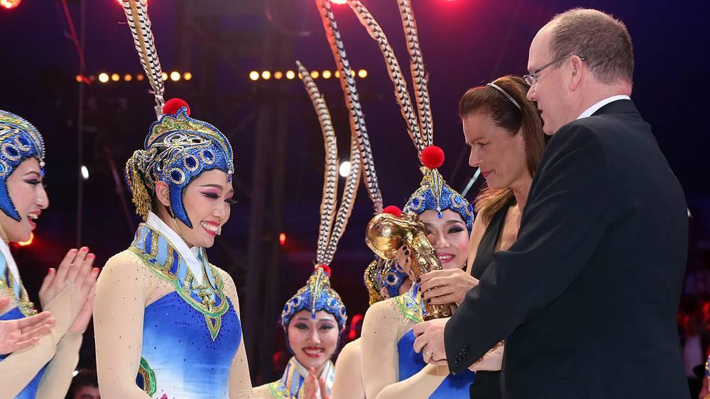 """Вручение """"Золотого клоуна"""" Национальной Акробатической Труппе из Пекина"""