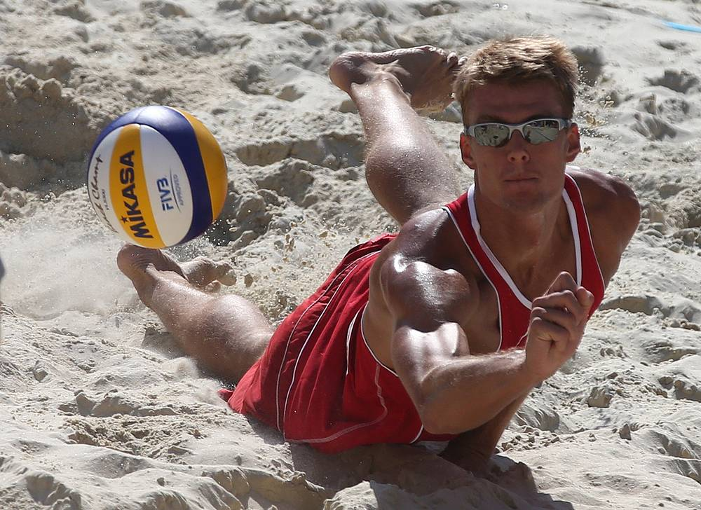 Россиянин Дмитрий Барсук спасает мяч