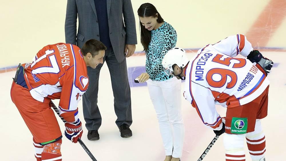 Елена Исинбаева совершает символическое вбрасывание