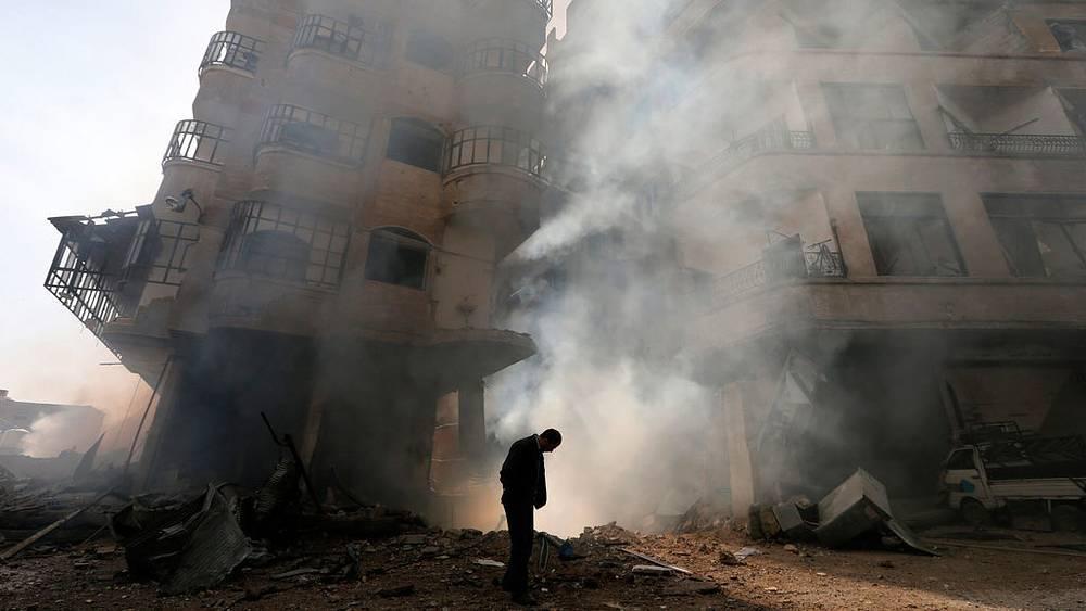 Горан Томашевич / Reuters. Мужчина на одной из улиц в пригороде Дамаска после воздушных атак, январь, 2013 г.